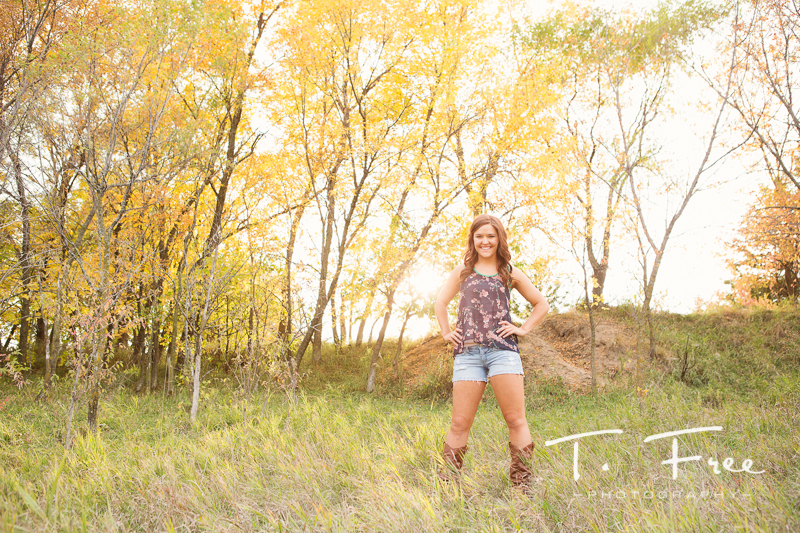 Wide angle Nebraska fall outdoor senior pictures.