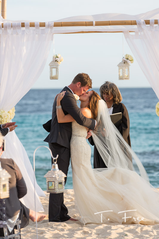Bride and groom kiss at Curaçao destination wedding.
